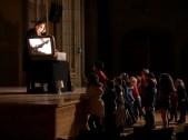 Sherezade Bardají enseñando a los niños cómo funciona su maleta luminosa